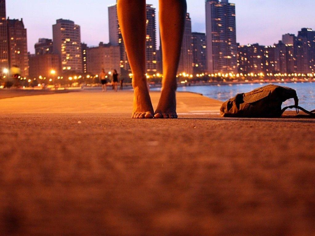 Ela seguia com os pés no chão e o coração nas mãos
